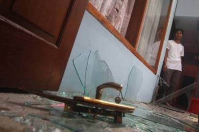 KARANGANYAR, 4/9 - RUSAK AKIBAT METEOR Seorang penghuni rumah memperhatikan rumahnya yang rusak diduga akibat kejatuhan benda luar angkasa (meteor) di Palur, Karanganyar, Senin (4/9). akibat kejadian tersebut sejumlah genteng serta kaca rumah mengalami kerusakan serta sejumlah barang terbakar, namun tidak ada korban dalam peristiwa tersebut FOTO ANTARA/Akbar Nugroho Gumay/ed/NZ/10